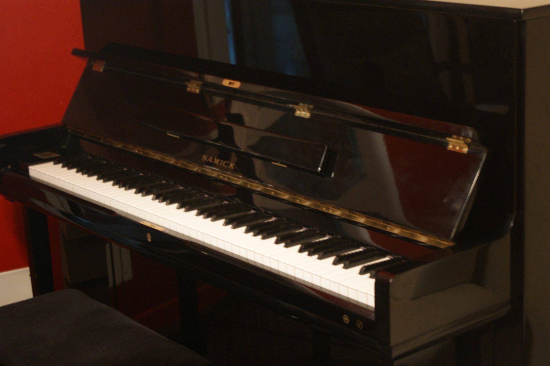 Le piano droit du studio d'enregistrement